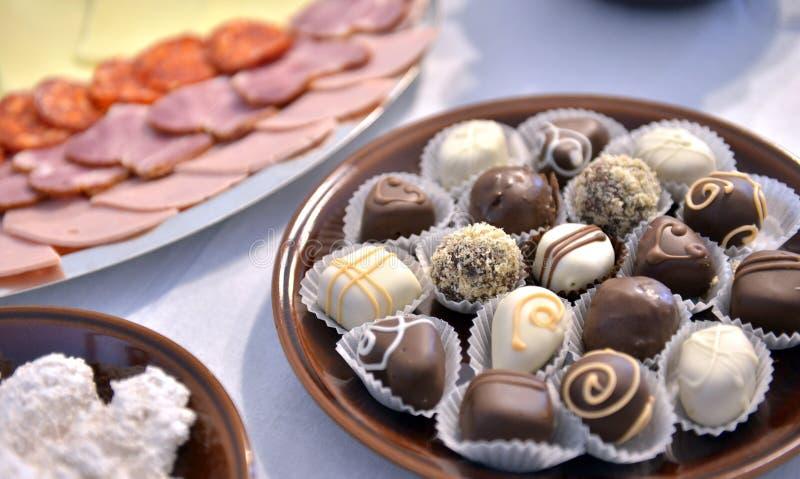 Форма сердца сделанная от различных изолированных bonbons шоколада на белизне стоковые изображения rf