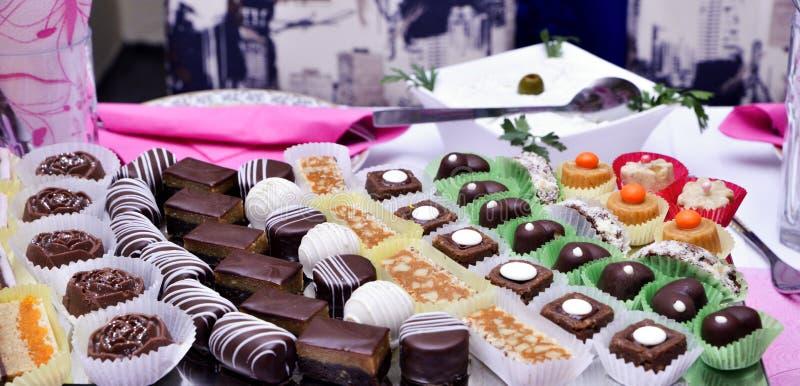 Форма сердца сделанная от различных изолированных bonbons шоколада на белизне стоковые изображения
