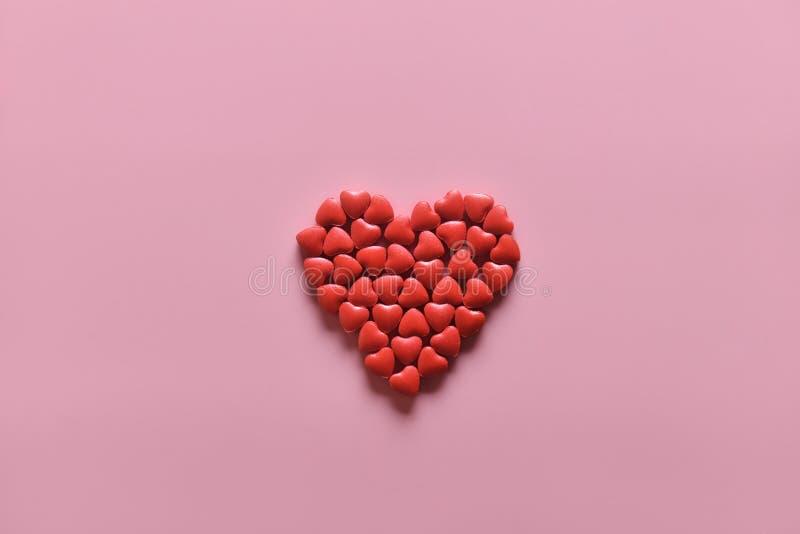 Форма сердца таблеток медицины на розовой предпосылке Концепция дня Валентайн или фармации, медицинская стоковое изображение rf