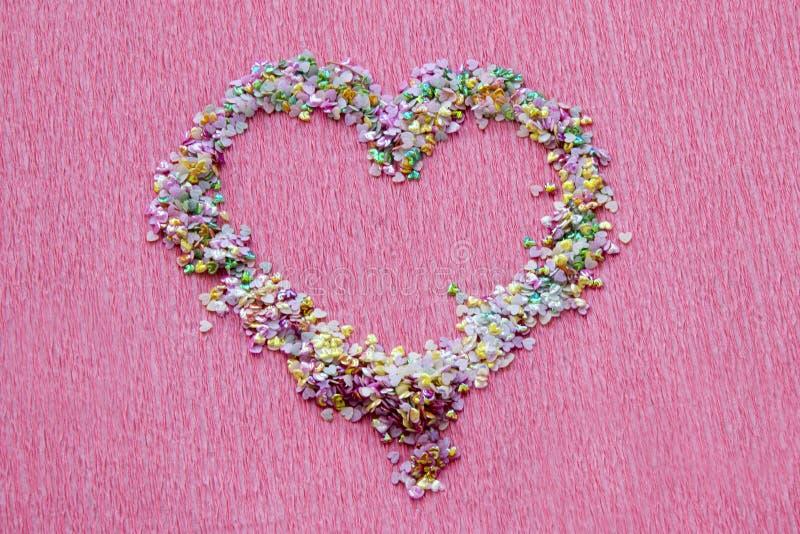 Форма сердца sequins, shimmer и confetti для маникюра конструируют на яркой розовой предпосылке стоковые изображения