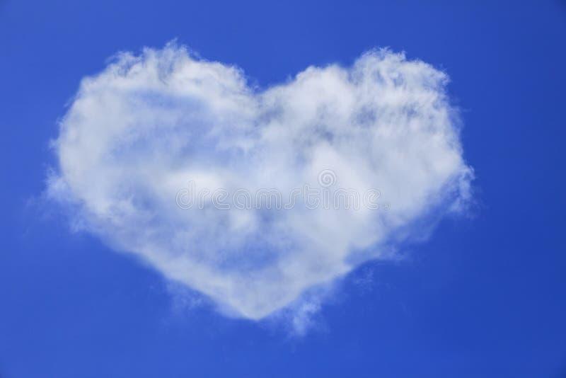 Форма сердца белого облака на пользе голубого неба для универсального natu стоковое фото rf