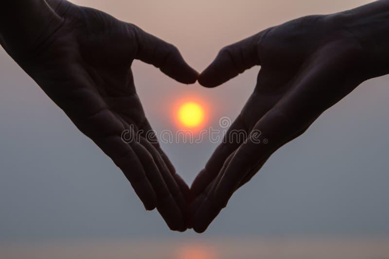 Форма сердца вокруг солнца стоковое изображение rf