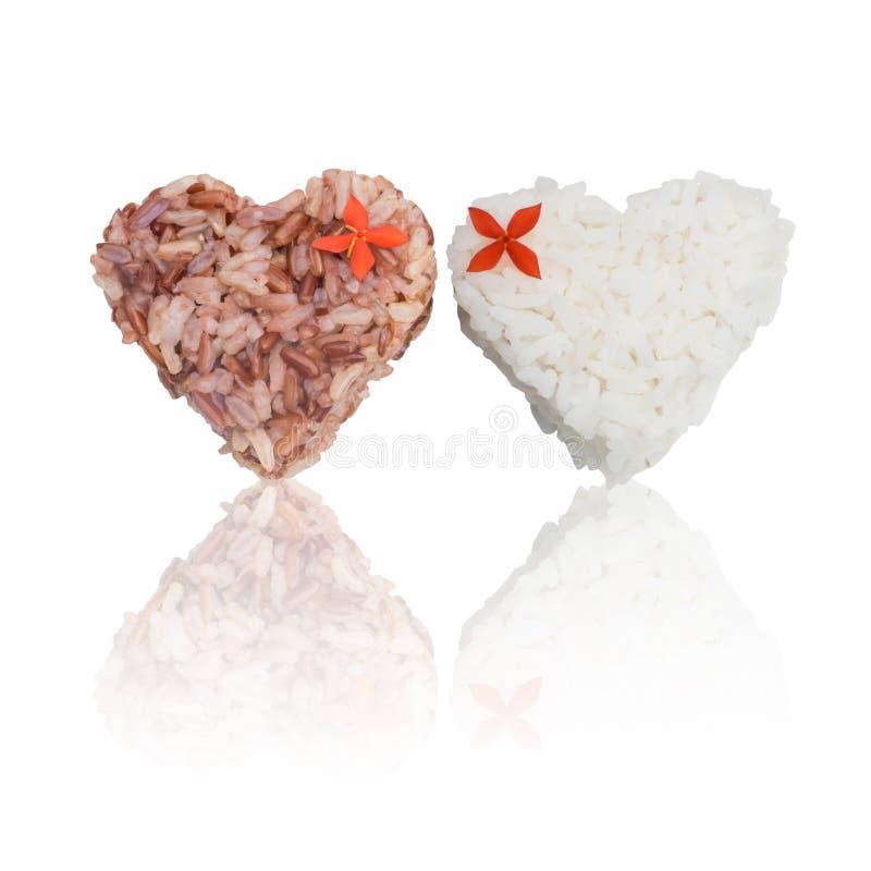 Форма сердца риса жасмина и коричневого риса стоковая фотография rf
