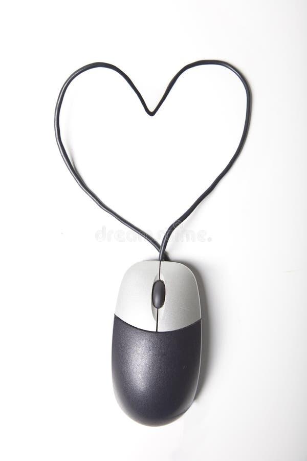Форма сердца составила провода мыши компьютера над белой предпосылкой стоковое фото rf