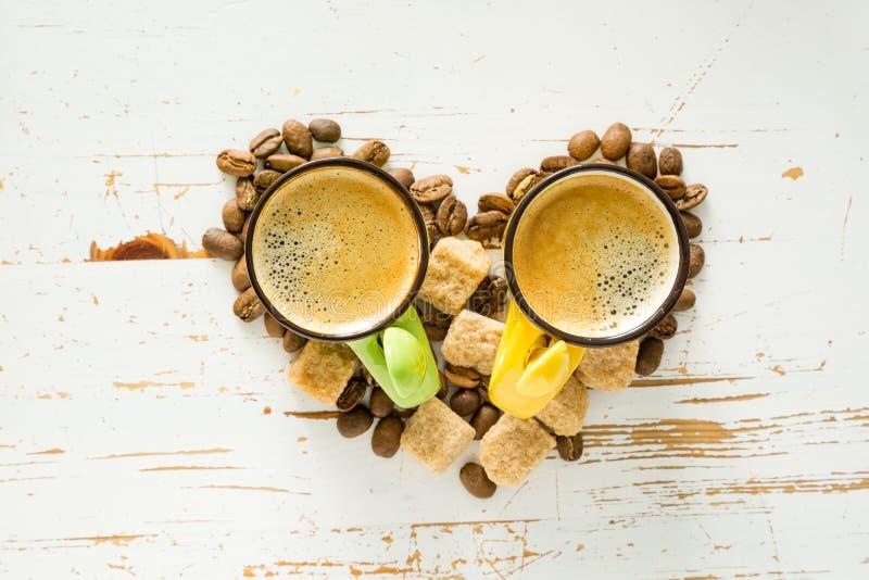 Форма сердца сделанная из кофе, фасолей, сахара стоковое фото rf