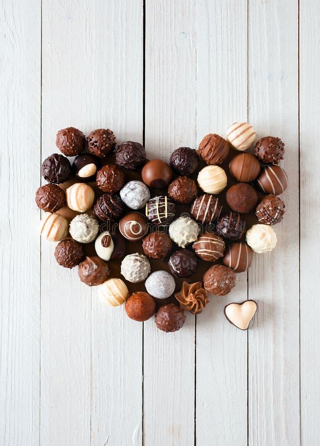 Форма сердца сделанная с различными трюфелями шоколада стоковые фотографии rf