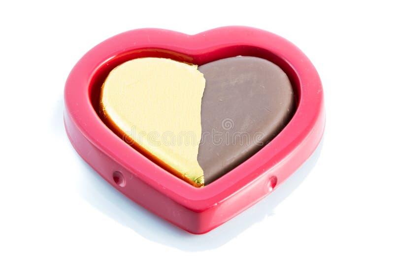 Форма сердца шоколада золотая на красной коробке стоковые фотографии rf