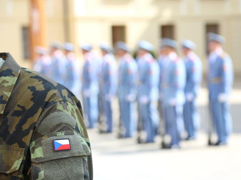 Форма солдата армии с флагом чехии в Праге стоковое изображение rf