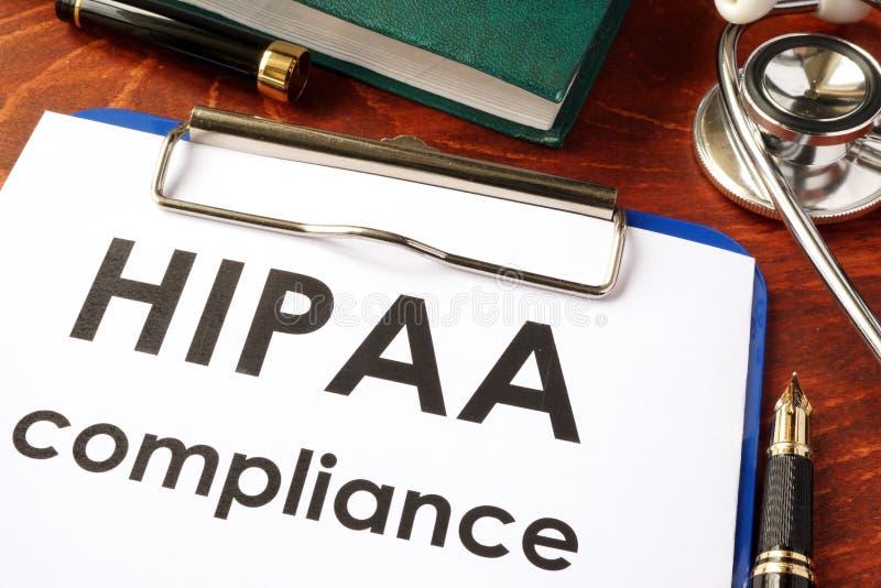 Форма соответствия HIPAA на доске сзажимом для бумаги стоковые изображения