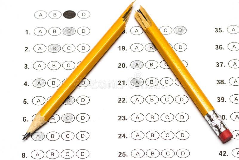 Форма стандартизированного теста с ответами и сломленным карандашем стоковые изображения