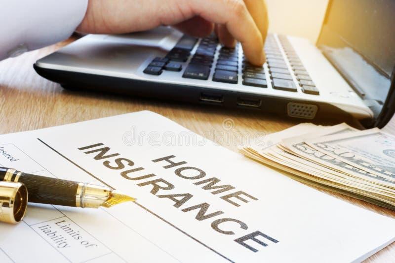 Форма страхования жилья на таблице стоковая фотография