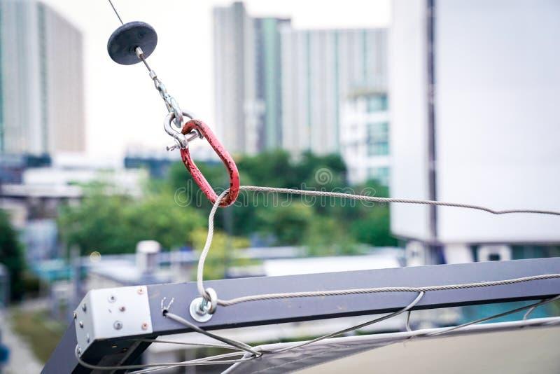 """Форма """"o """"инструмента удерживания красная для вися кабеля слинга стального стоковое изображение"""