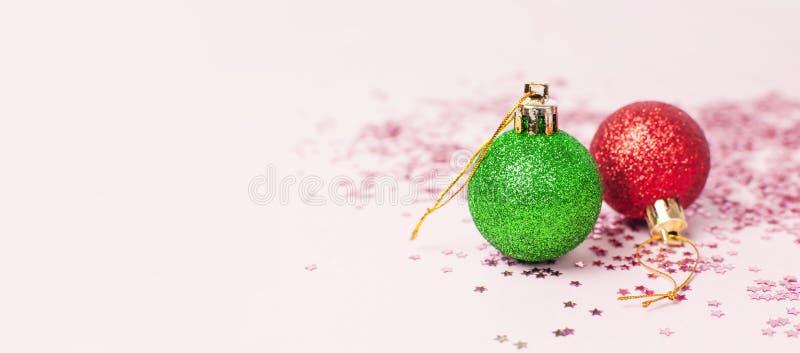 Форма confetti яркого блеска зеленых красных шариков Нового Года рождества голографическая звезд на космосе экземпляра розовой пр стоковые изображения rf