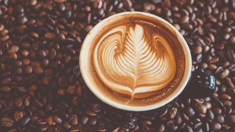 Форма rosetta картины искусства latte кофе, взгляд сверху стоковые фотографии rf