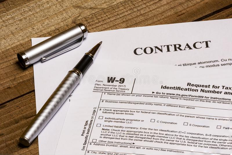 Форма W-9 IRS и контракт стоковая фотография rf