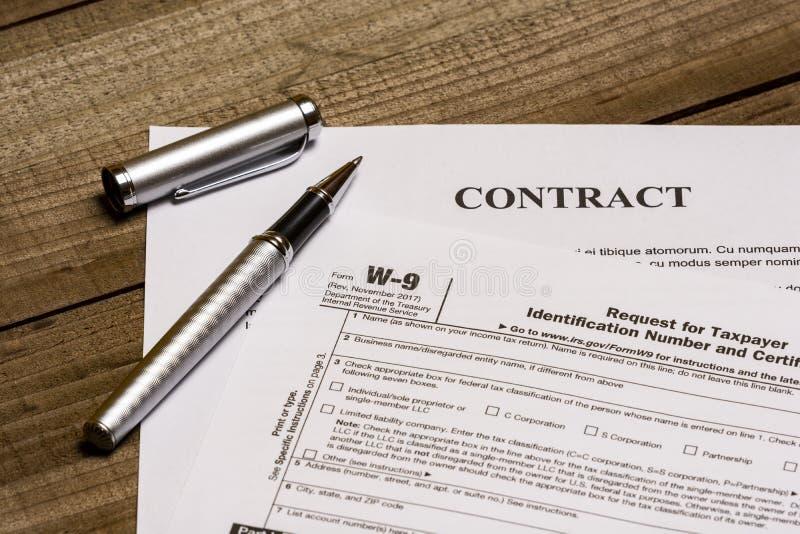 Форма W-9 IRS и контракт стоковое фото rf