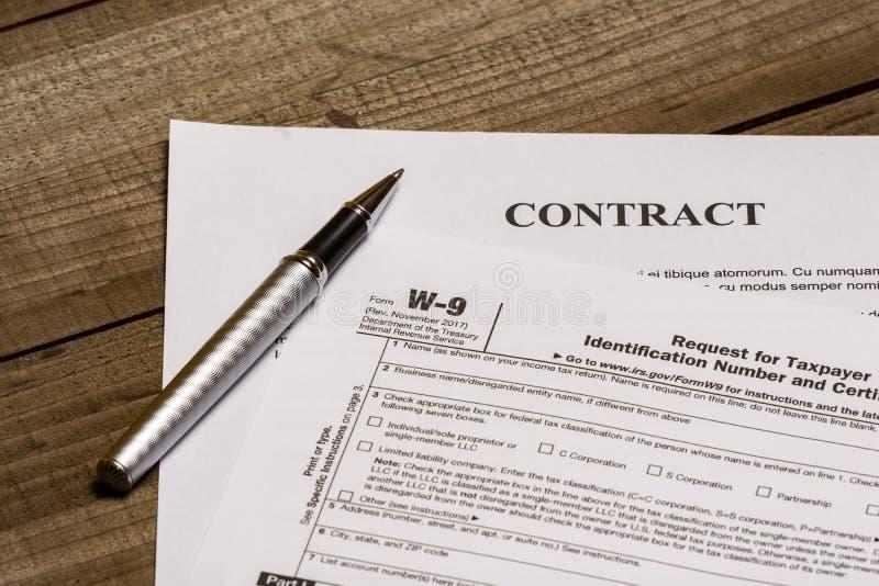 Форма W-9 IRS и контракт стоковые изображения rf