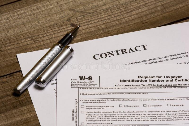 Форма W-9 IRS и контракт стоковая фотография