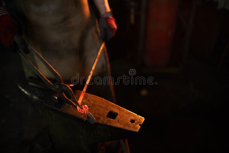 Формировать heated планку металла с схватами стоковое изображение rf