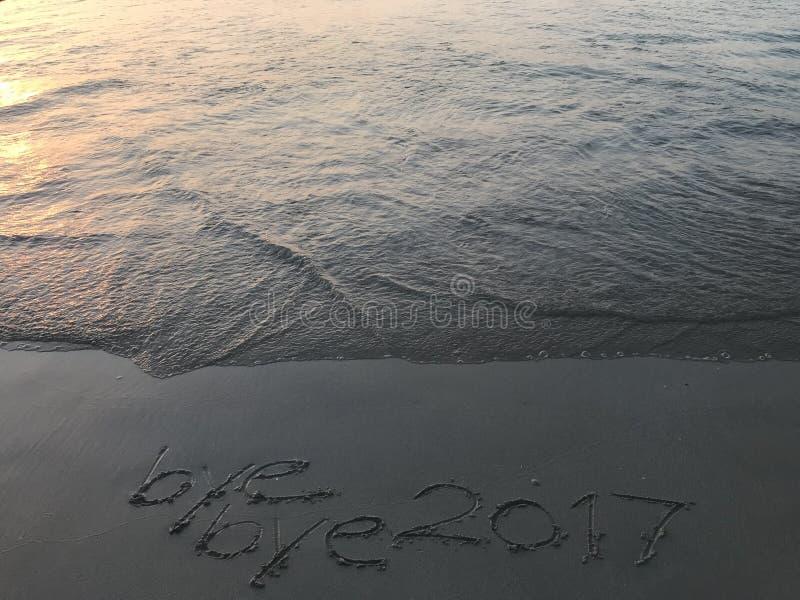 """Формулирует  свободного от игры дня 2017†""""bye когда восход солнца на пляже стоковая фотография"""