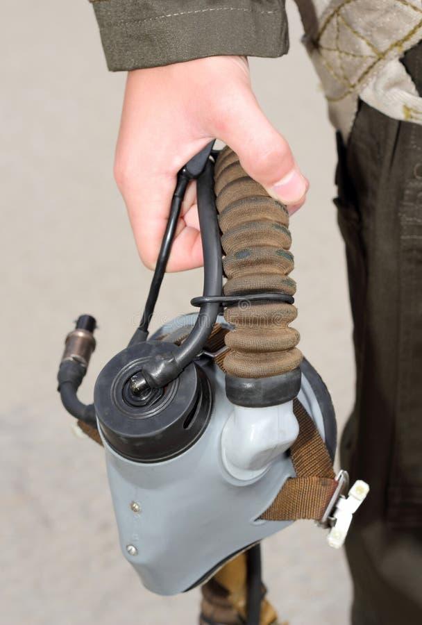 Формы, кислородный изолирующий противогаз в его рука воинский пилот стоковая фотография rf
