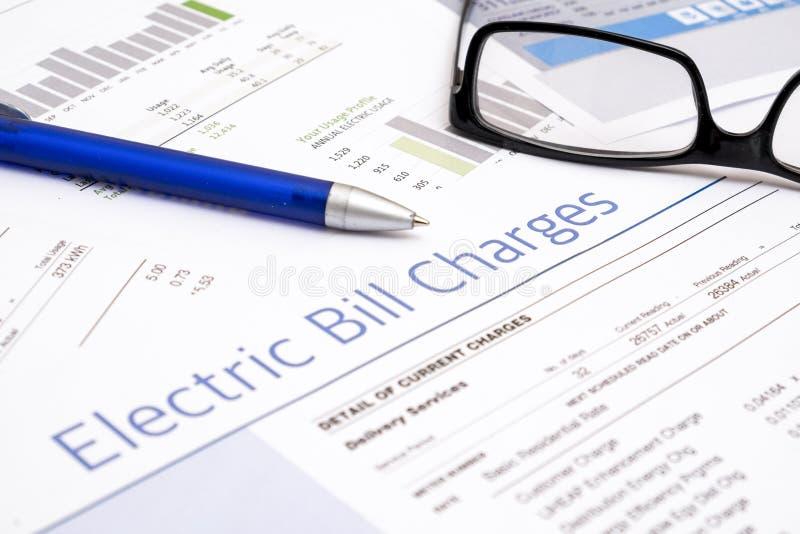 Формы счета за электроэнергию бумажные на крупном плане таблицы стоковое фото rf