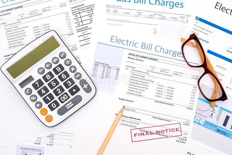 Формы счета за электроэнергию бумажные на крупном плане таблицы стоковые изображения