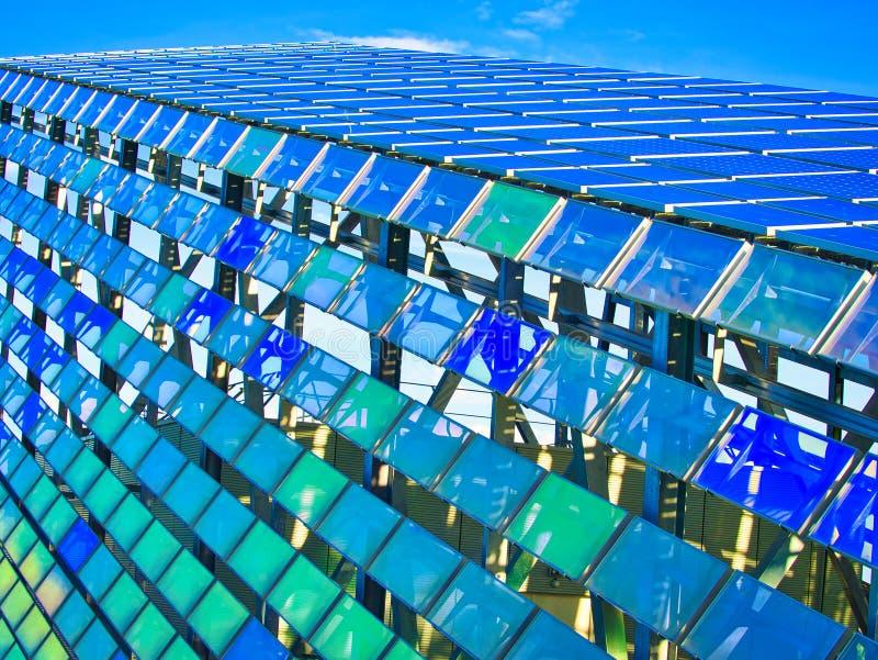 Форточка голубого и зеленого стекла на здании крыши, с солнечной энергией стоковая фотография