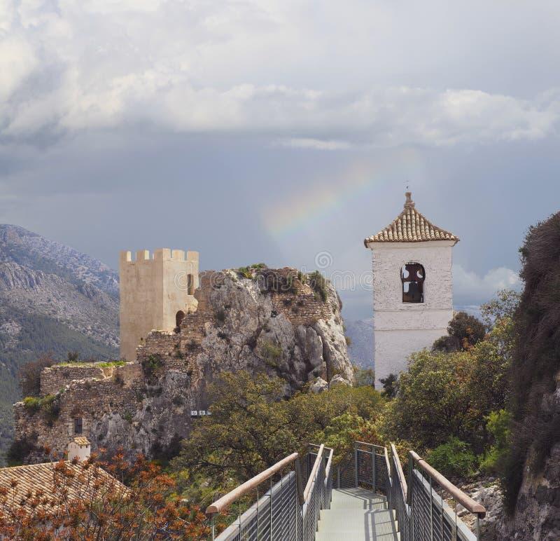 Форт и часовня Guadalest с радугой около Аликанте, Испании стоковая фотография