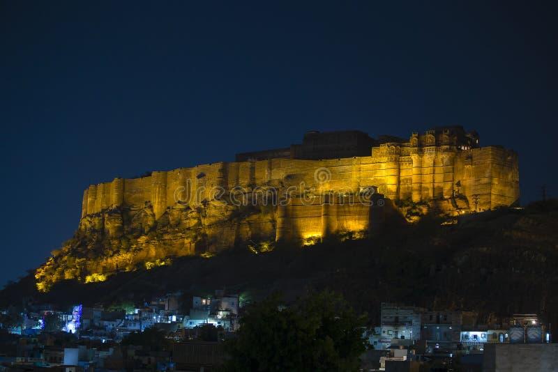 Форт на ноче в Джодхпуре, Индия Mehrangarh Сценарное назначение перемещения и известная туристическая достопримечательность в Рад стоковые фото