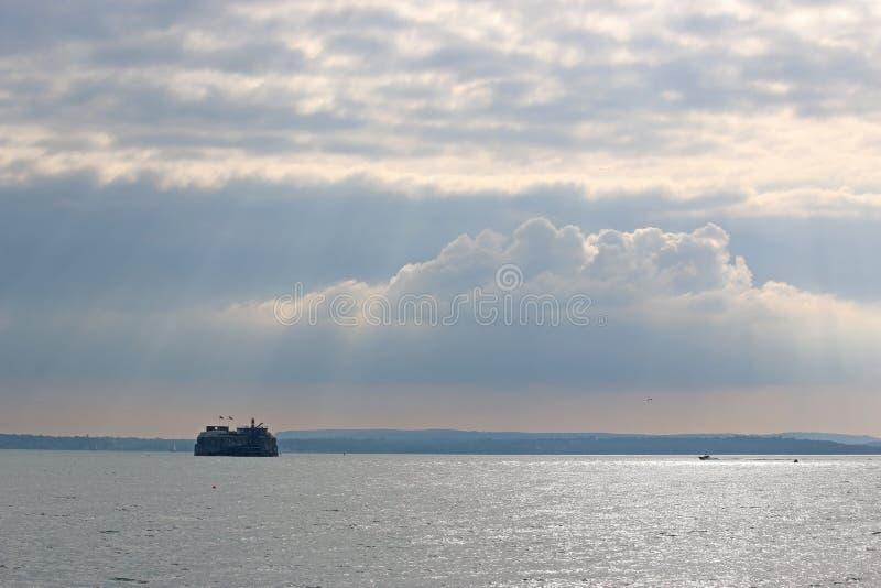 Форт Пальмерстона, гавань Портсмута, со световыми лучами стоковое изображение rf