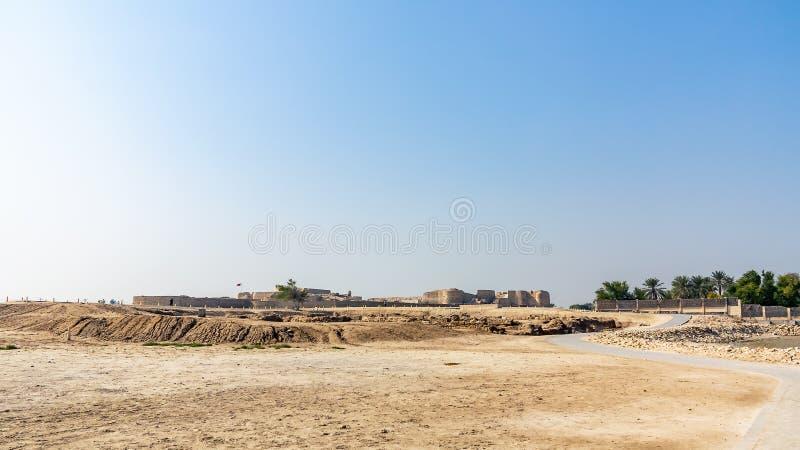 "Форт руин Бахрейна в Манаме, Бахрейне Qal ""на музее места al-Бахрейна, наследии ЮНЕСКО, панорамном виде стоковое изображение rf"
