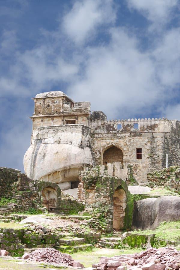 Форт Madan Mahal конструкция на валуне утеса, Jabalpur, Индии стоковые изображения rf