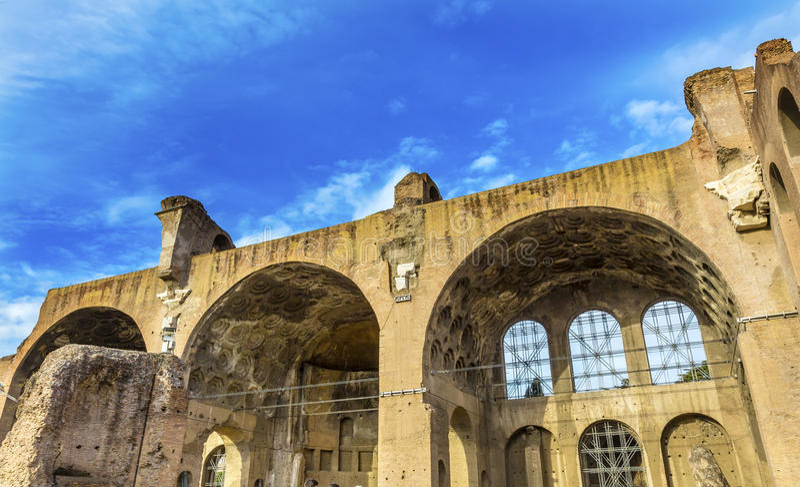Форум Рим Италия Maxentius Константина базилики римский стоковые фотографии rf