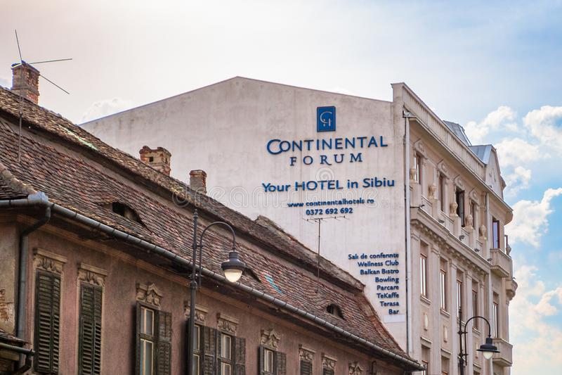 Форум Сибиу гостиницы континентальный рядом со старым зданием архитектурного стиля с окнами сформированными как глаза стоковое изображение rf