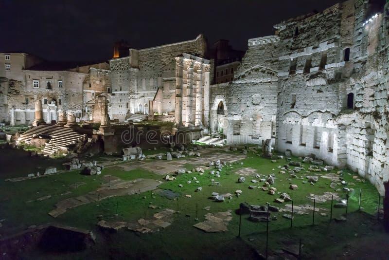 Форум Augustus в сцене ночи стоковые изображения rf