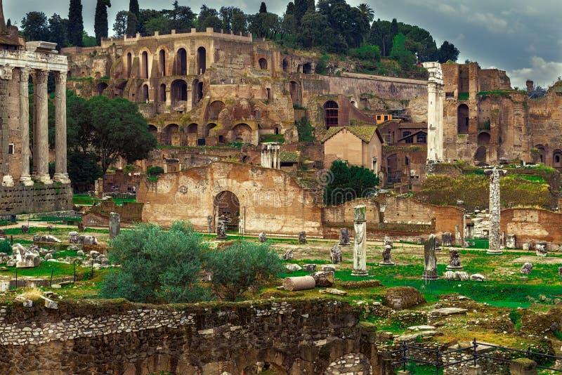 Форум Romanum и висок Сатурна в Риме стоковое изображение