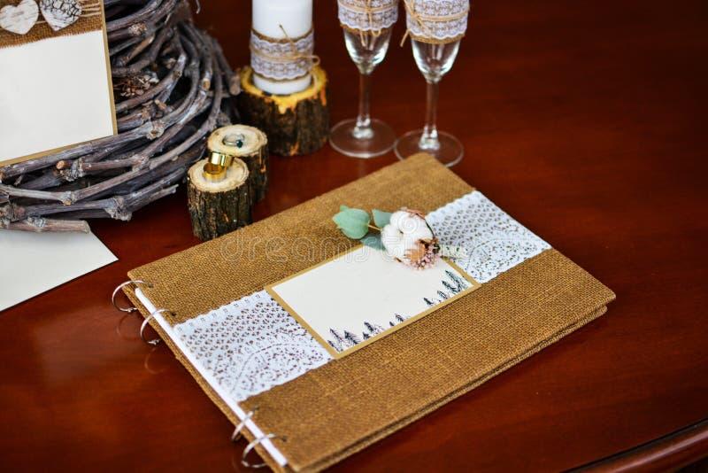 Фотоальбом оформления свадьбы с кольцами и хлопком хворостины стоковые изображения