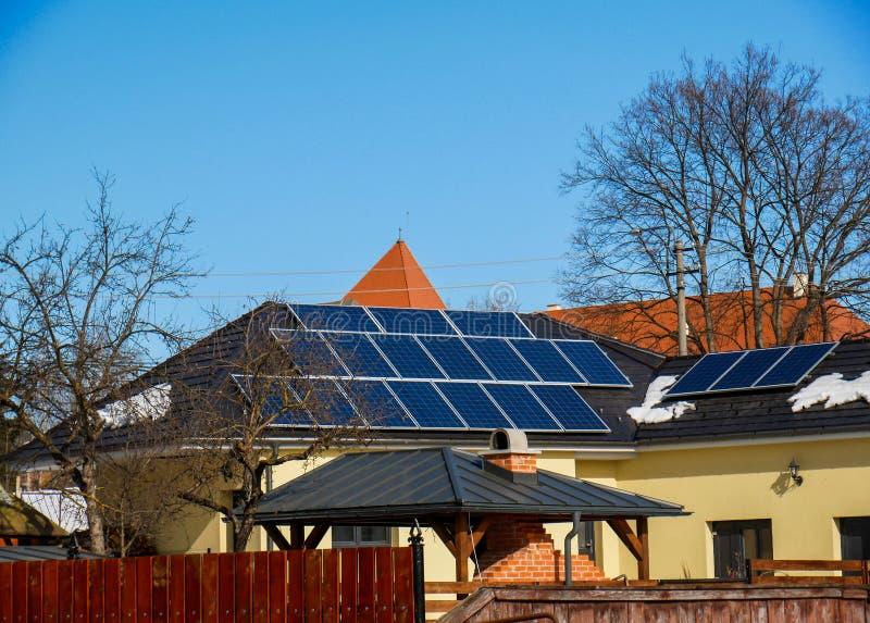 Фотовольтайческие панели солнечных батарей на residentual крыше дома стоковые фотографии rf
