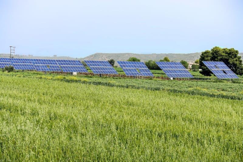 Фотовольтайческие панели в зеленом поле стоковые изображения