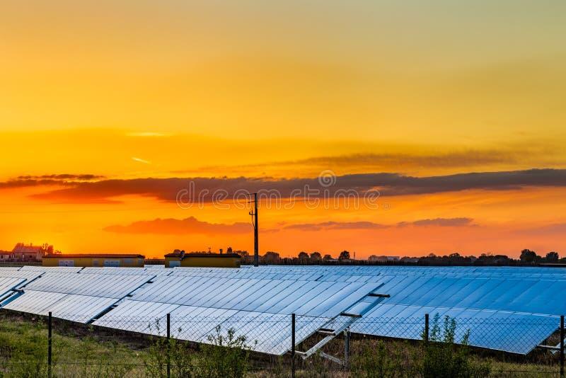 Фотовольтайческие панели в сельской местности стоковая фотография rf