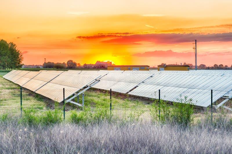 Фотовольтайческие панели в сельской местности стоковые фото