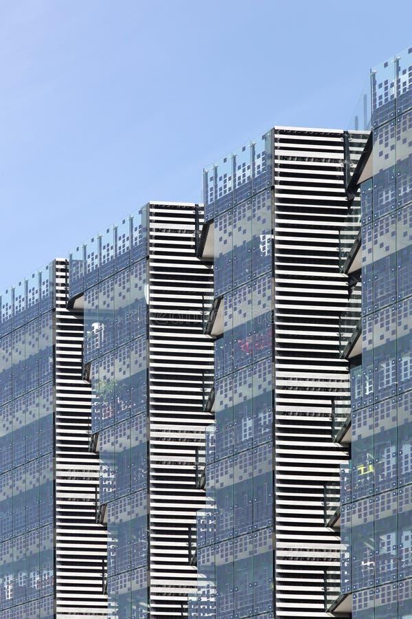 Фотовольтайческие стеклянные панели на стене здания стоковые фотографии rf
