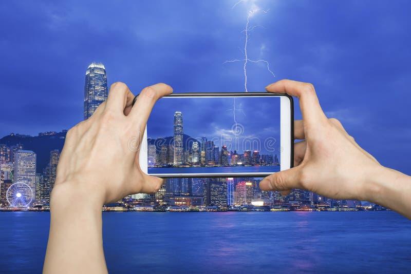 Фотографировать городской пейзаж Гонконга с smartphone стоковое изображение rf