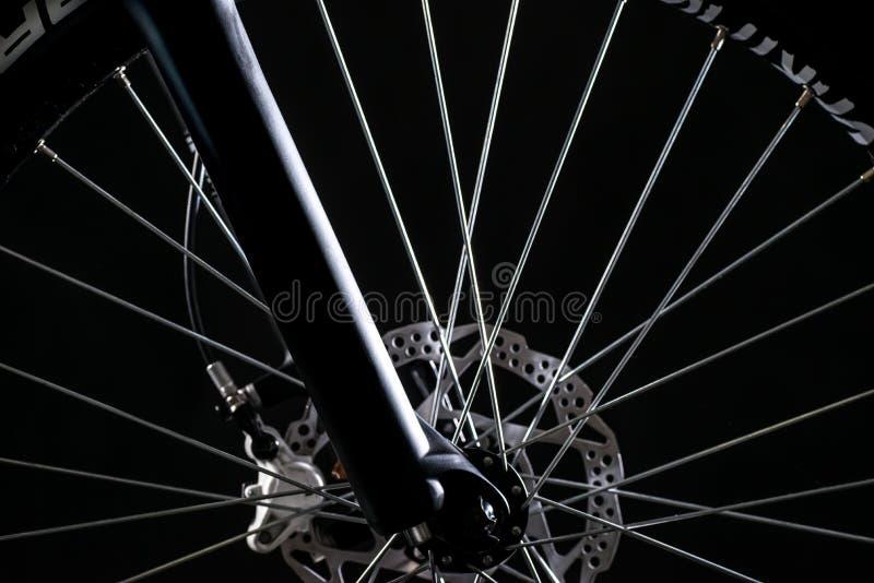 Фотография велосипеда горы в студии, колесе с тарельчатыми тормозами, части велосипеда велосипеда стоковые фотографии rf