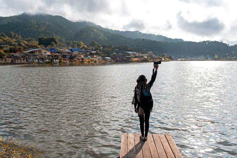 Фотография женщины ослабляя и принимает фото сторону реки озера в небе солнечности лета внешнем Предпосылка пребывания держателя  стоковые изображения rf
