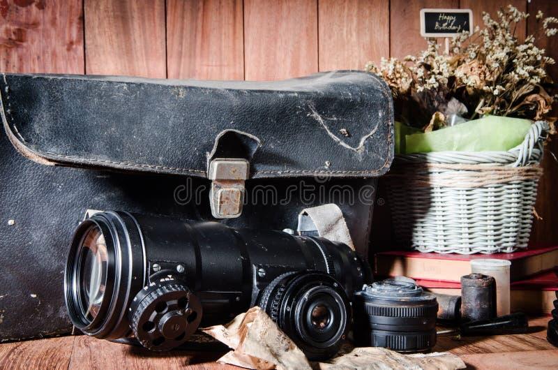 Download Фотография изящного искусства натюрморта на годе сбора винограда концепции с камерой Стоковое Фото - изображение насчитывающей ваза, иллюстрация: 40590850