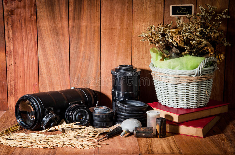 Download Фотография изящного искусства натюрморта на годе сбора винограда концепции с камерой Стоковое Изображение - изображение насчитывающей сух, конструкция: 40590891
