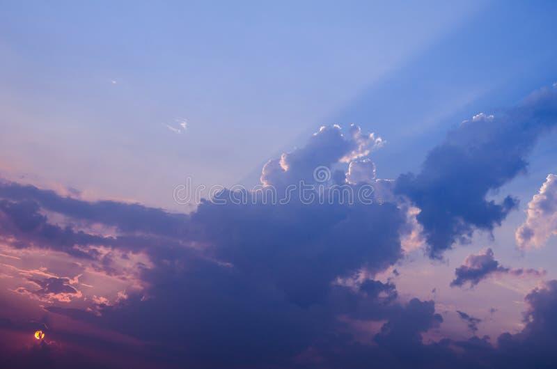 Фотография ландшафта захода солнца лета/красивые лучи пересекая небо через облака в вечере когда солнце было почти se стоковые изображения
