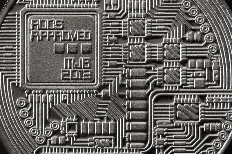 Фотография макроса серебряного bitcoin Закройте вверх по сияющей текстуре металла Абстрактное дело и современная предпосылка техн стоковые фото